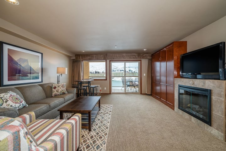 Grandview River View 638! Luxury Waterfront condo, sleeps up to 6!