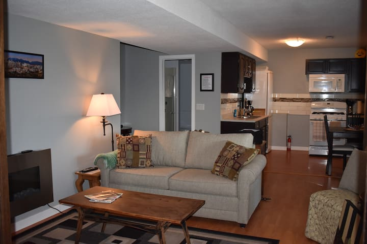 Mountain View Suite w/ Continental Breakfast - Kelowna - Appartement