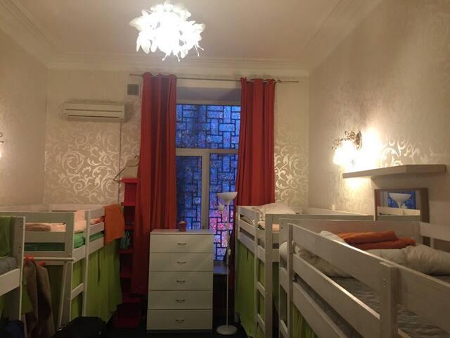Кровать в общей комнате для женщин.