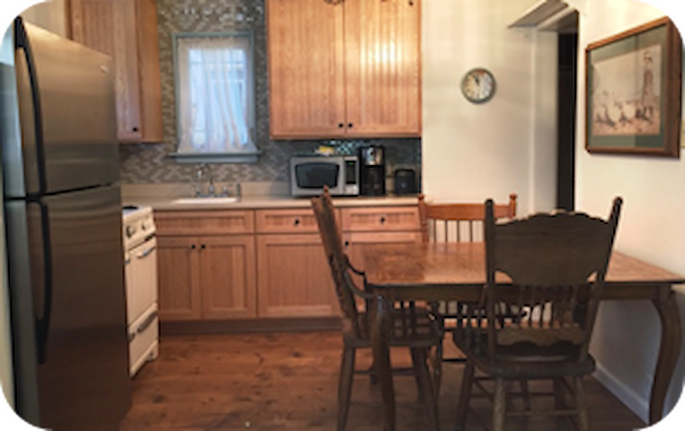 The retro kitchen includes all you need to feel at home.