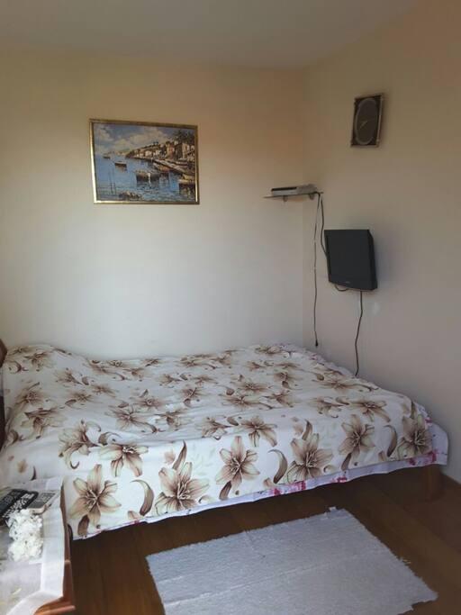 Большая двухспальная кровать в первой комнате.