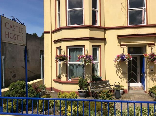 2 single beds in 1 room in Castle Hostel - Ballycastle - Townhouse