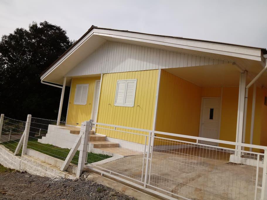 Casa localizada em meio a natureza, a 1,8 km da catedral, dispõe de 2 quartos, sala e cozinha conjugada, 1 banheiro, área de serviço e garagem para 1 carro com patio fechado. A casa oferece sistema de alarme e TV .
