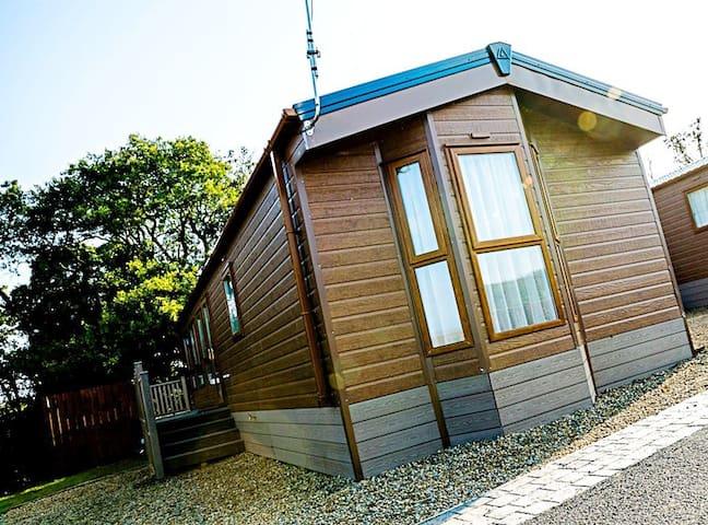 HOT TUB lodge, Dog friendly, modern, stylish, cosy