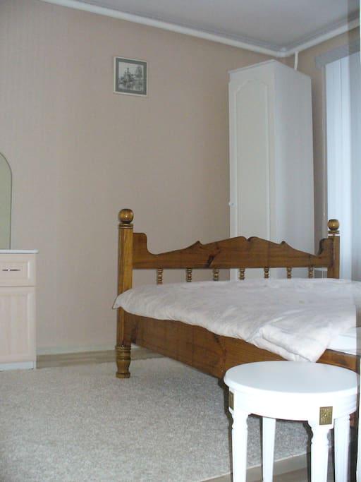 Первая из двух смежных спален на 2 этаже