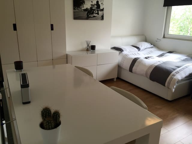 GREAT LOCATION, Modern, Clean and bright Studio