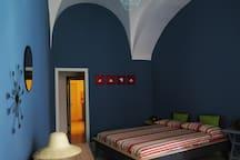 la stanza blu, grande e piena di allegria.