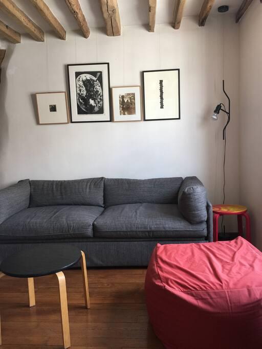 Salón con un sofá cama individual