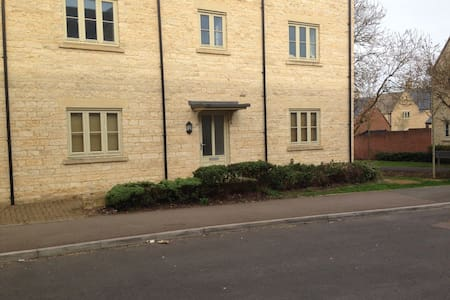 Modern 2-bedroom ground floor flat - Cirencester - Appartement