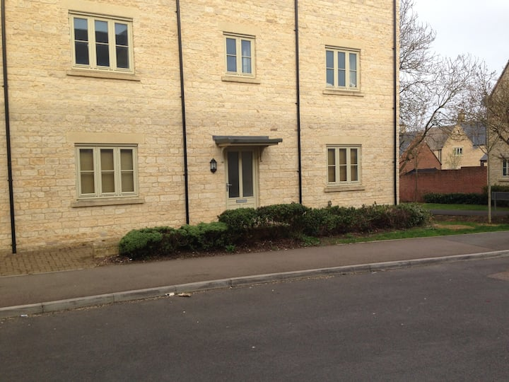 Quiet 2-bedroom ground floor flat, own entrance