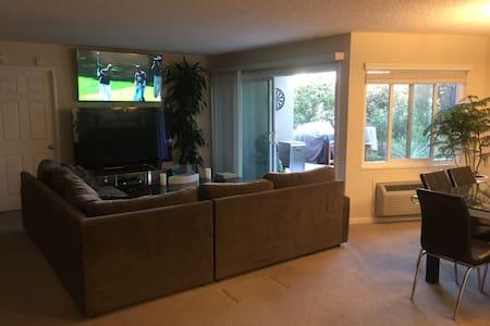 Quiet, convenient apartment with lush patio. - Wohnung