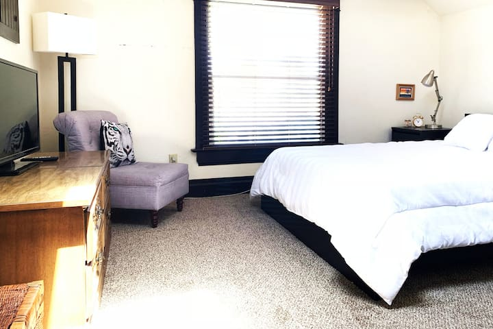 Spacious Room near Downtown, Boardwalk, and Beach