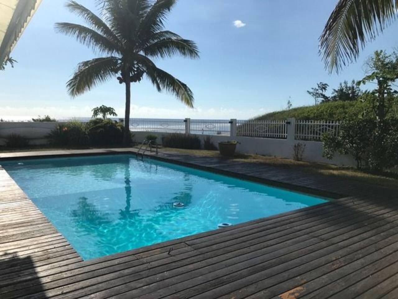 Vaste piscine avec vue sur l'océan