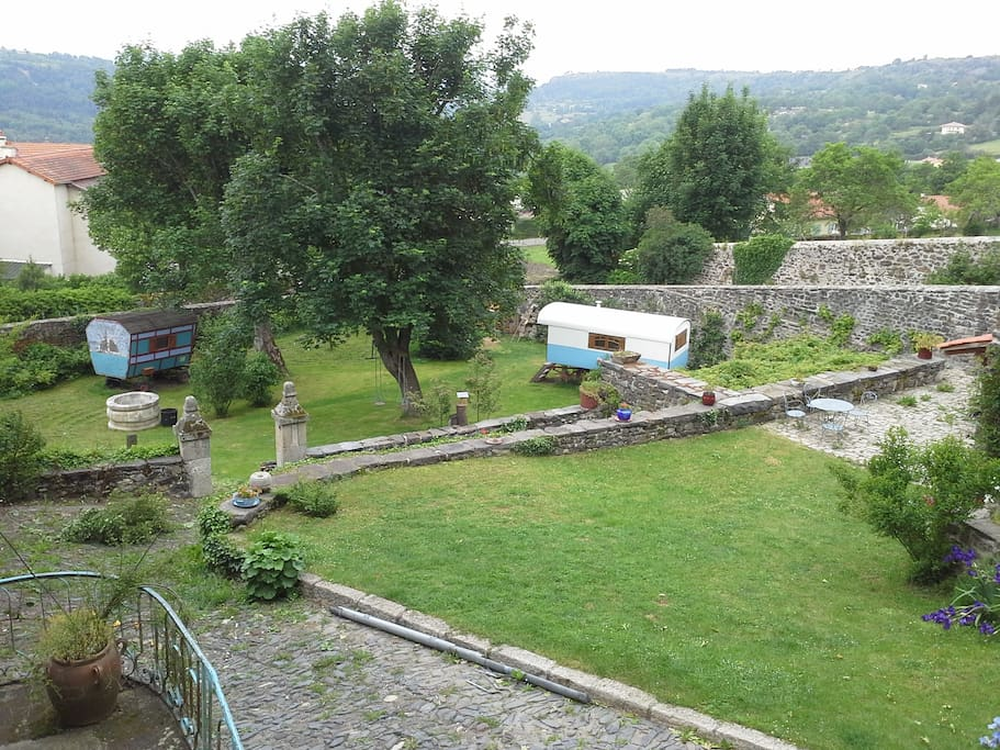 L'agréable jardin clos de murs en pierre est très tranquille. Les voyageurs pourront s'y reposer, échanger, prendre l'apéritif ...