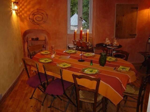 La table à rallonges permet d'accueillir jusqu'à 8 convives.