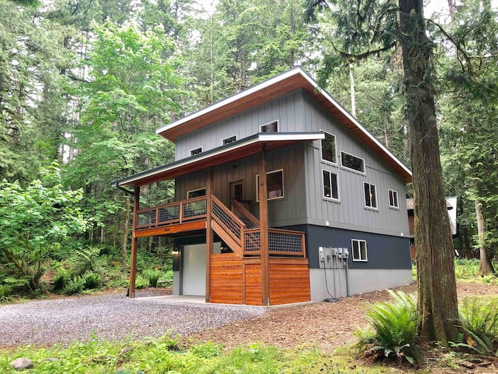 New Modern Treetop Cabin Near Mt Baker
