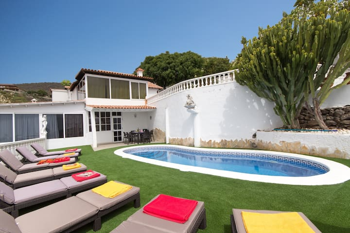Beautiful 4 bedroom villa with private heated pool
