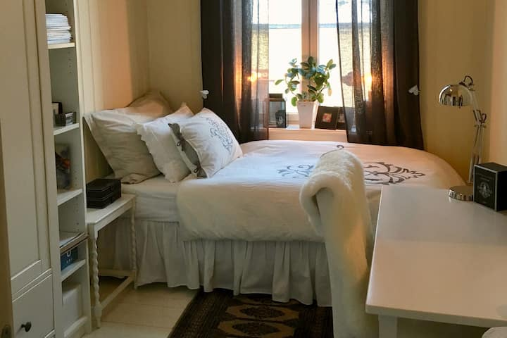 Room 1 ***** in classy, central & cosy apartment