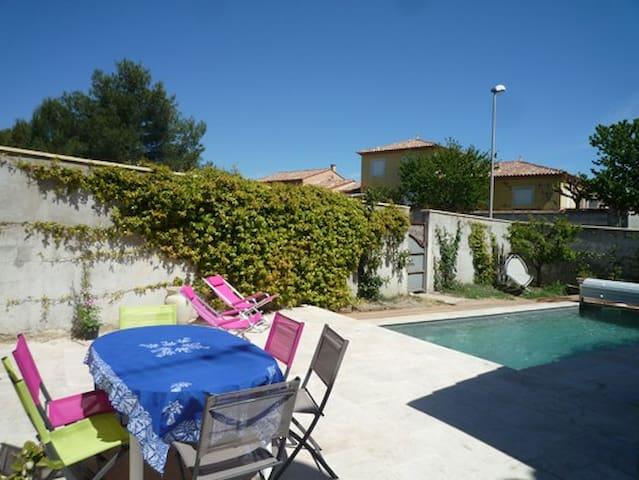 Terrasse et piscine - nage à contresens