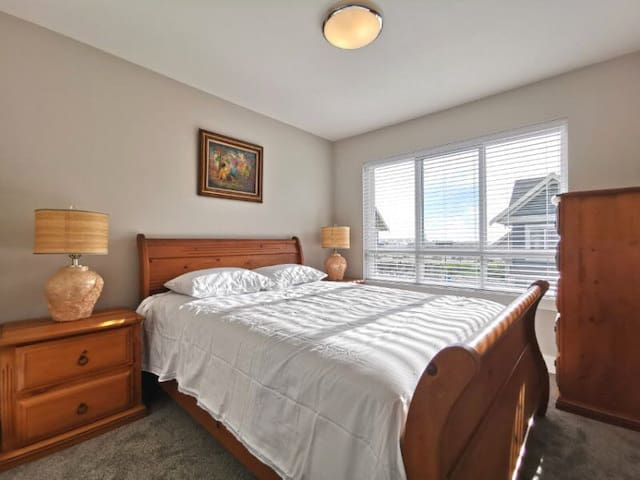 Cozy Room Close to Ferry + Shopping in US (302)
