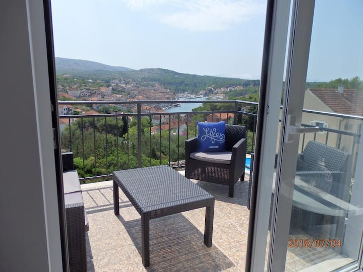 Two bedroom apartment with terrace and sea view Milna, Brač (A-16003-a)