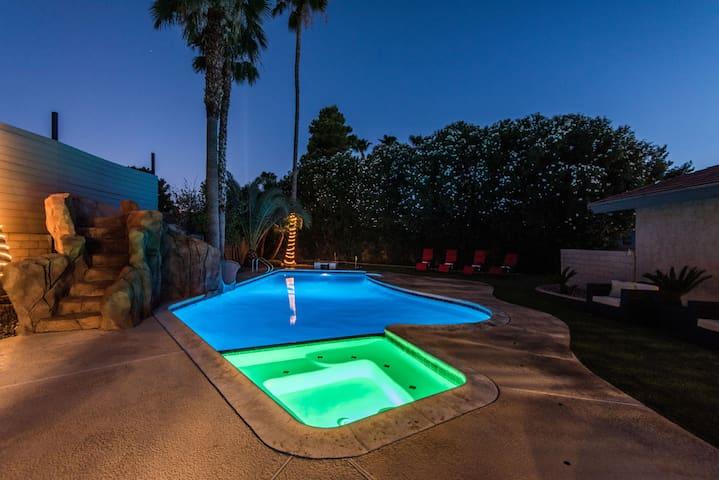 Pool, Spa, Waterslide, Pool Table, Close to Strip!