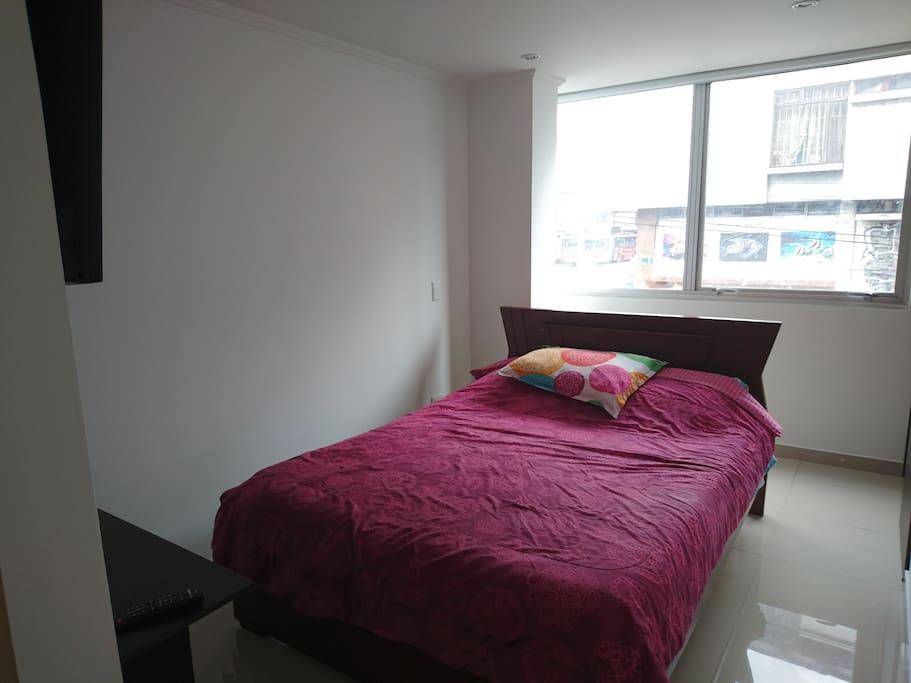 Vista de la alcoba se cuenta con closet, cama doble, ventanal, Smart T.V. y Conmutador.