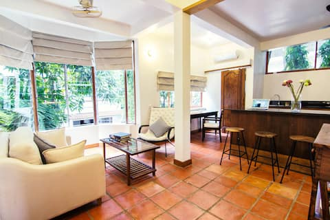 YK Art House - 1-bed flat with bright living room