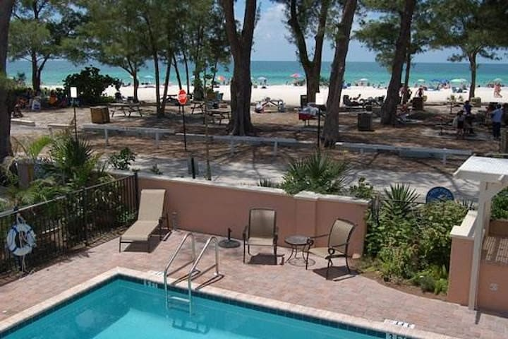 Gulf front 1BR in the heart of Anna Maria Island - Holmes Beach - Huoneisto