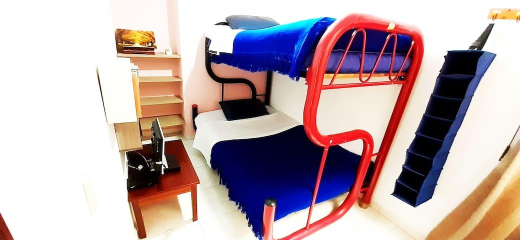 Habitación: 1 Dispondrás de este camarote con cama doble y sencilla en los que podrás dormir con total comodidad.