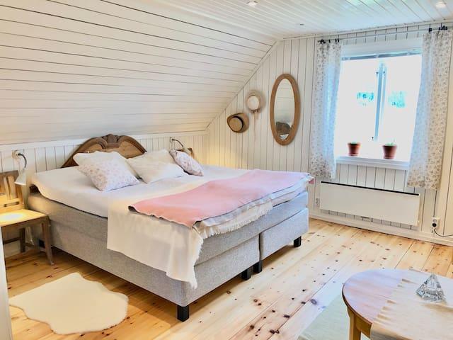 King size double bed 180x200 cm purchased in april 2020.  Bekväm kontinentalsäng från Mio möbler.