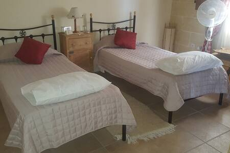 Two bed room with private shower, wifi + breakfast - L-Imqabba