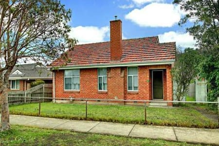Double room in cosy coburg home. - Coburg North