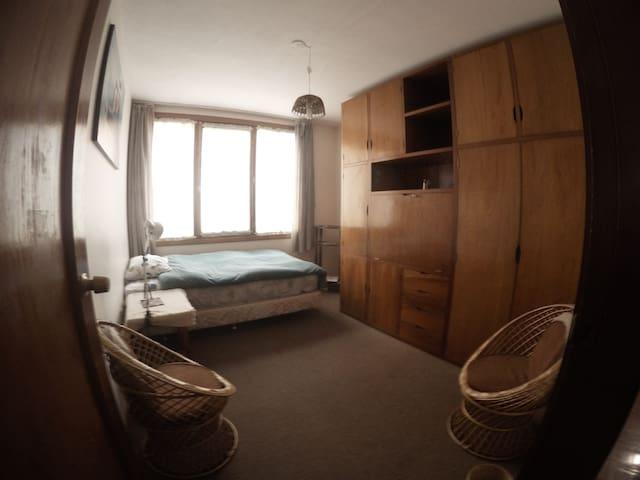 Second bedroom, with a single bed, a full wardrobe and a folding desk/El segundo cuarto tiene una cama de una plaza, un armario y un escritorio desplegable