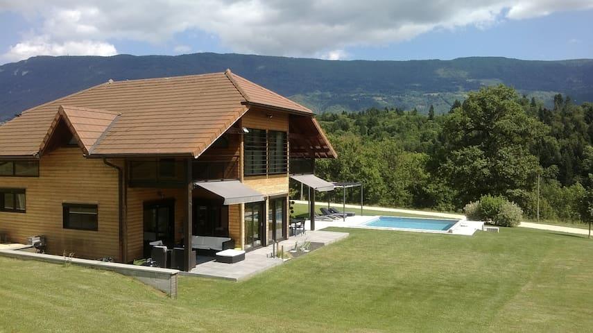 Grande maison individuelle avec piscine, au calme - La Chapelle-Saint-Martin - Casa