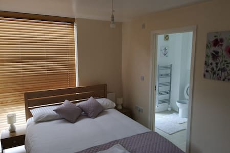 Bathroom **King Size Bed** Parking & Wifi (2)