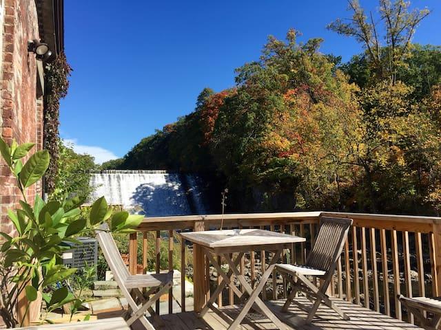 Guest Room in Sunny Creekside Loft - Beacon - Loft