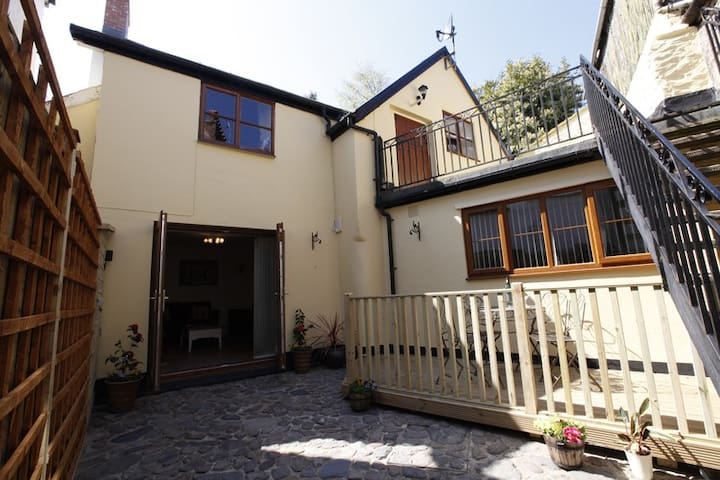 1 Globe Mews 2 bed apartment - Lynton - Квартира