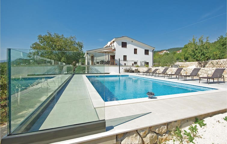 Holiday cottage with 5 bedrooms on 185 m² in Imotski