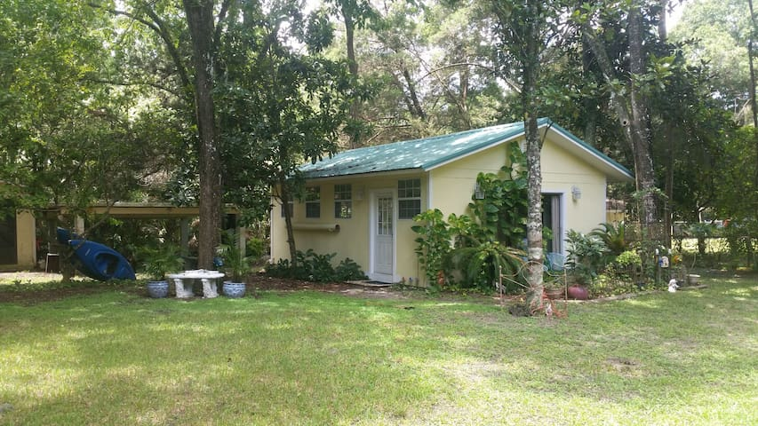 Tranquil Waterfront Cottage - Homosassa Springs - House