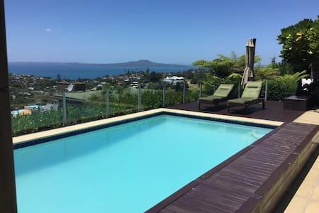 B&B studio with sea views + pool - Auckland