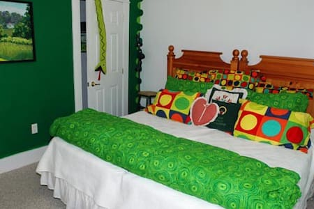 The Malachite bedroom-Bold Colorful Life Estate. - Boothbay - Bed & Breakfast