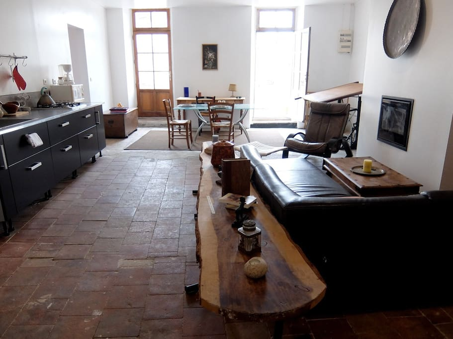 Grand séjour avec cuisine équipée, insert, balcon,