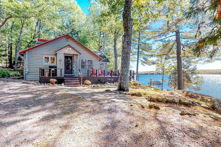 Lakefront cottage w/ beautiful views, furnished deck & cozy atmosphere