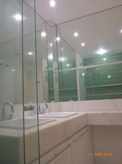 banheiro suite com 2 chuveiros e 2 pias