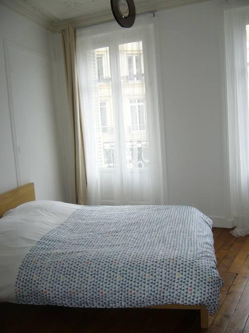 Première chambre avec accès balcon