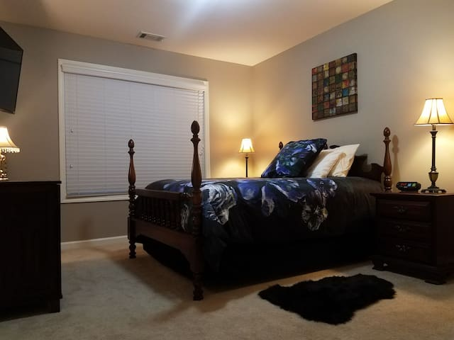 Room B Full Bed Cozy 3 minutes from Hwy 75