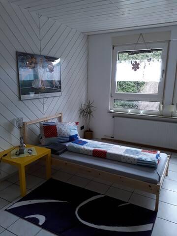 Gr., gemütliches Zimmer m. Bad- und Küchenmitben.