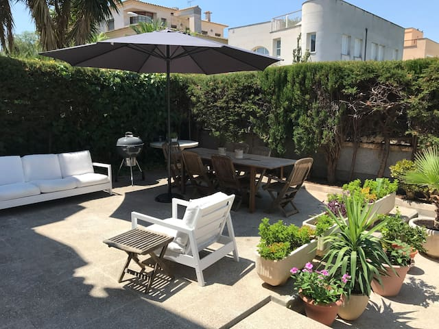 Lovely triplex with garden, pool and sea views.