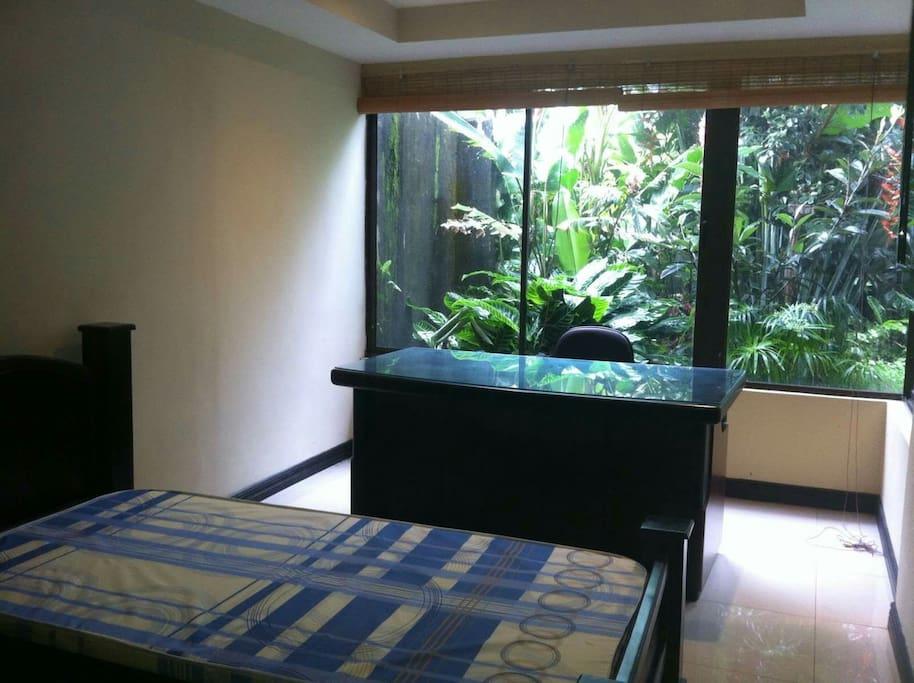 Habitaciones ventiladas y luminosas, con vista al jardin.
